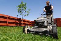 Leggen grasmaaier op zijn kant - dus volg de reiniging