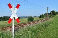 Wit-rode vlag op de spoorwegovergang - die u moet zich bewust zijn