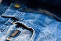 Maak gaten in de broek zelf - zodat u de Distressed maken