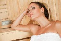Wikkel een sauna handdoek - dus het houdt