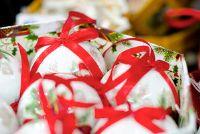 Maak nostalgische kerstballen zelf - knutselen met decoupage