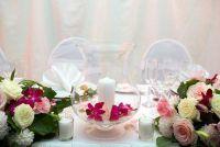Maak decoraties voor de tafel op de bruiloft zelf