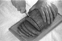 Pure spelt bread - illustreert de voor- en nadelen in vergelijking met gewoon brood