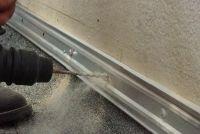 Plinten gemonteerd - op gipskartonplaten, het gaat als volgt
