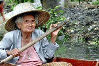 Oude vrouw - als een succesvolle kostuum met bultrug en Co.