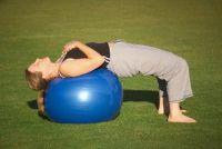 Terug oefeningen met de uitoefening bal - u de lumbale wervelkolom te versterken