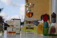 Lege parfumflesjes als decoratie gebruik - leuke ideeën