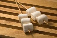 Melting marshmallow over een kaars - zodat het beheer van het zoete snack
