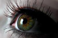 Bruine ogen zijn groen - kunstmatige en natuurlijke manier