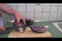 Snijd en kook rode kool - een recept met rozijnen