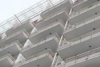 Bevestig balkon scherm van plastic zelf - hoe het werkt