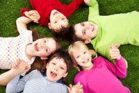 Activiteiten in de kleuterschool - onderhoudende groep Buitenspelen