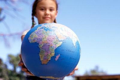 Bereken de omtrek van de aarde in km