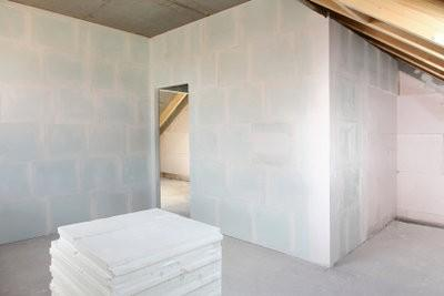 bevestig houten plafond in de badkamer goed
